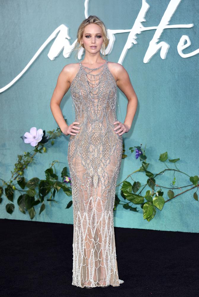 Jennifer Lawrence konzervatív szabású ruháját csak az menti meg az unalmasságtól, hogy annyira átlátszó, hogy a színésznőnek valószínűleg nagyon kellett ügyelnie rá, hogy csak aprókat lépkedjen, nehogy félrecsússzon, majd kivillanjon valami