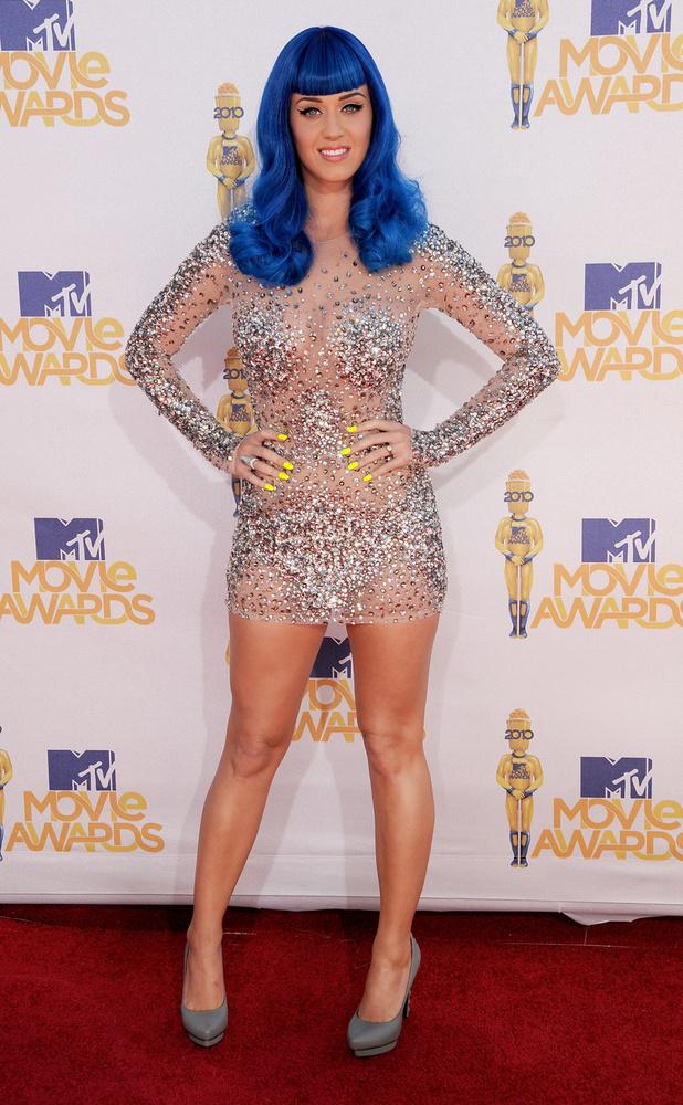 Lapozgatónkat a nemrég szült Katy Perryvel zárjuk, aki a 2010-es VMA-n snemcsak királykék színű hajával, hanem provokatív ruhájával is sokkolta rajongóit.