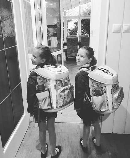"""""""Eljött ez a nap is..."""" - írta Kozma Orsi szeptember elsején az ikrek iskolatáskás fotójához."""