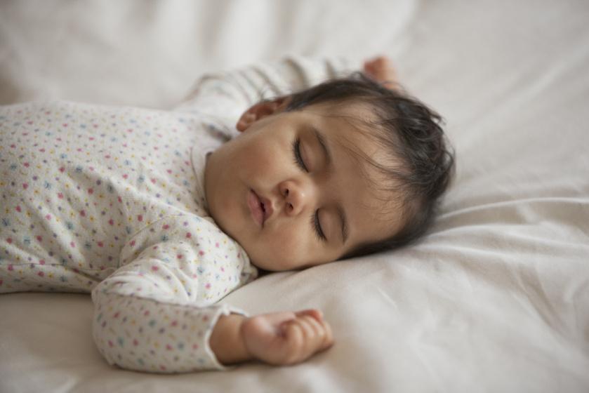 Nem mindegy, hogy hason vagy háton alszik a baba: komoly gondot is okozhat a nem megfelelő altatási módszer