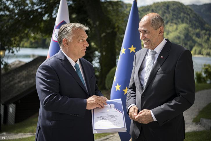 Janez Jansa szlovén miniszterelnök (j) emléklapot ad át a koronavírus-járvány első hulláma során nyújtott magyar segítségért Orbán Viktor miniszterelnöknek a szlovéniai Bledben 2020. szeptember 1-jén.