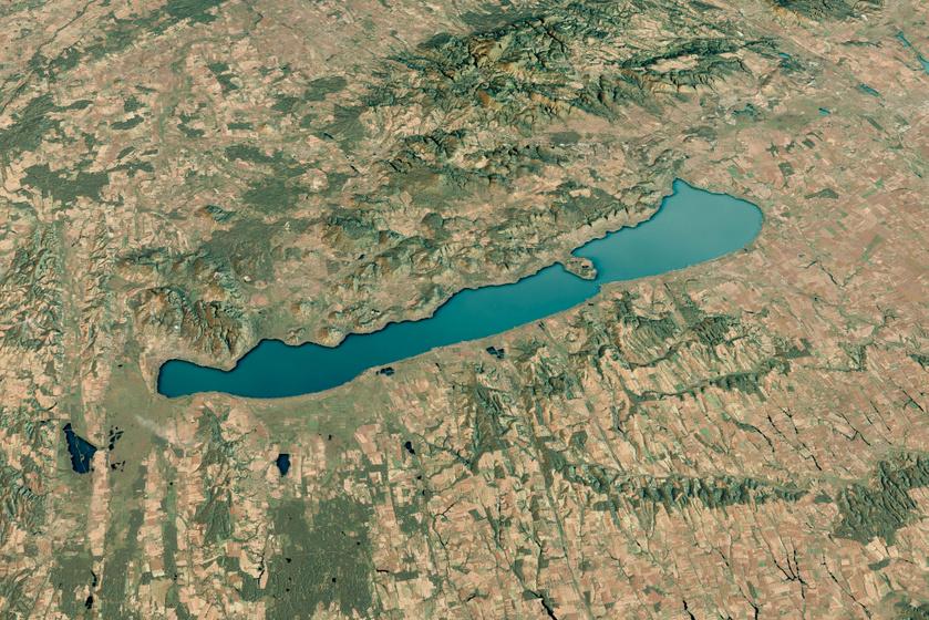 Nemcsak a Balaton, de a Balaton-felvidéki tanúhegyek is jól láthatóak a műholdfelvételen.