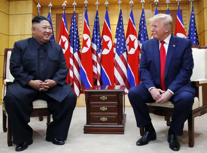 Donald Trump amerikai elnök (j) és Kim Dzsong Un elsőszámú észak-koreai vezető a két Koreát elválasztó panmindzsoni demilitarizált övezet dél-koreai oldalán levő Szabadság Házában 2019. június 30-án.