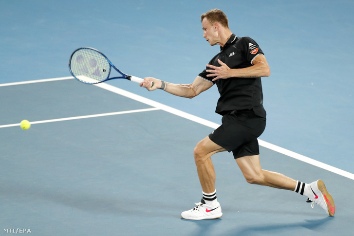 Fucsovics Márton a svájci Roger Federer ellen játszik a melbourne-i ausztrál nyílt teniszbajnokság férfi egyesének negyedik fordulójában 2020. január 26-án.
