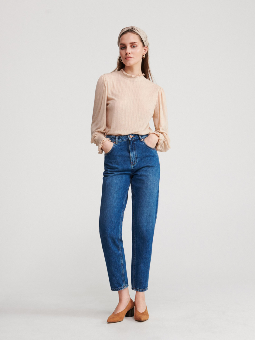Az anyukafarmer továbbra is az egyik legdivatosabb fazon marad. A Reserved sötétebb nadrágja kényelmes, de nyújtja a derekat és elfedi a hasat. 8995 forintért vásárolhatod meg.