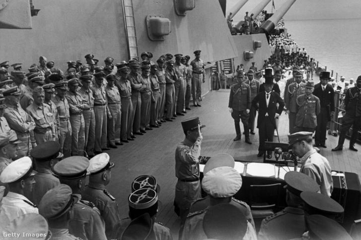 A Japán delegáció aláírja a feltétel nélküli fegyverszünetet a USS Missouri csatahajó fedélzetén 1945. szeptember 2-án.