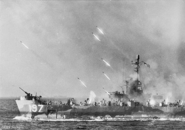 Rakéták tartanak egy amerikai hajóról Okinava felé 1945-ben.
