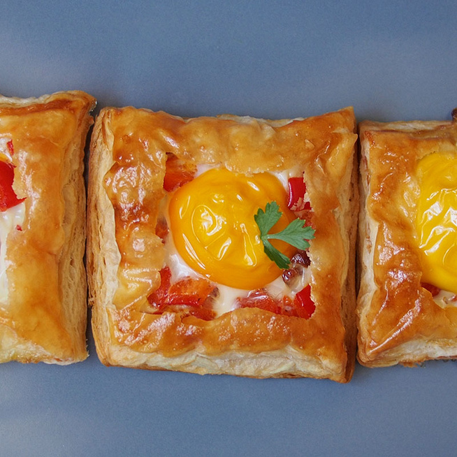 Isteni, tojással és baconnel töltött leveles tészta: látványos finomság kevés munkával