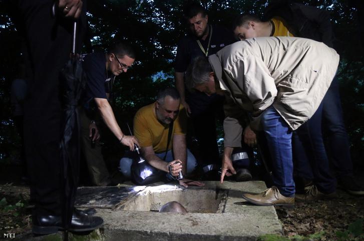 Balla Lajos tanácselnök bíró (j) a borsodnádasdi emberölési ügy másodfokú eljárásának helyszíni tárgyalásán 2020. július 2-án este annál a vízaknánál ahol az áldozatot megtalálták.