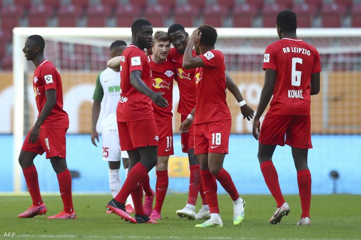 Az RB Leipzig csapatának tagjai gólt ünnepelnek az Augsburg elleni zárt kapus mérkőzésen 2020. június 27-én
