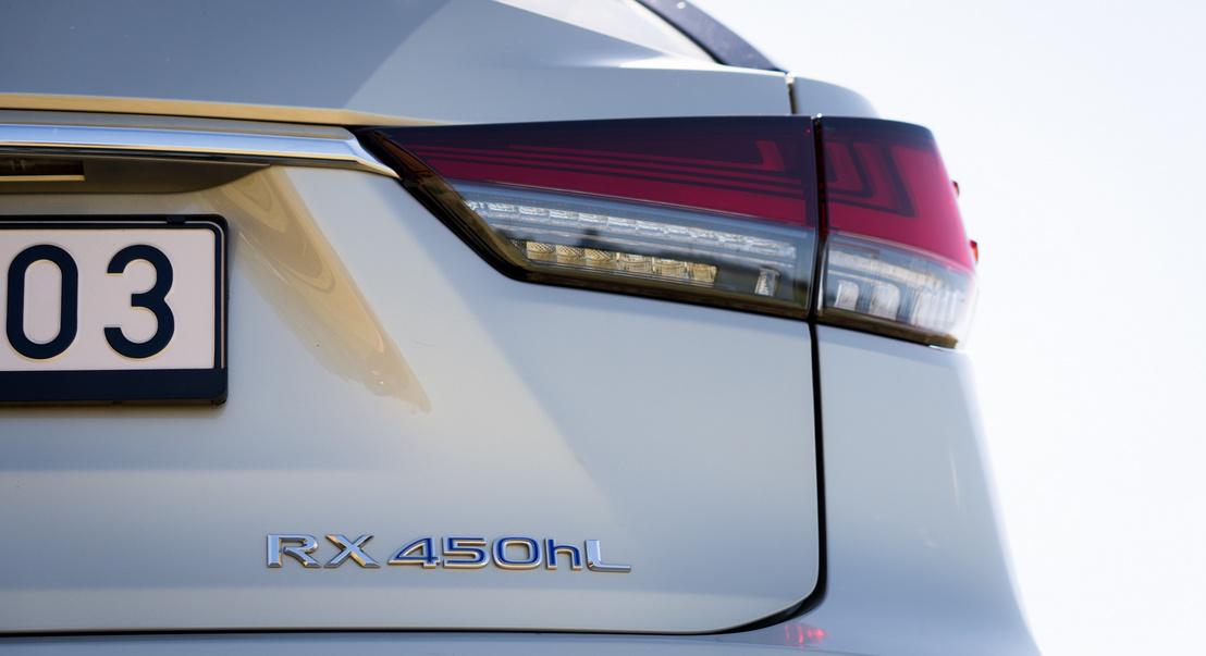 Nagy kár a színtelen Lexus-lámpákért