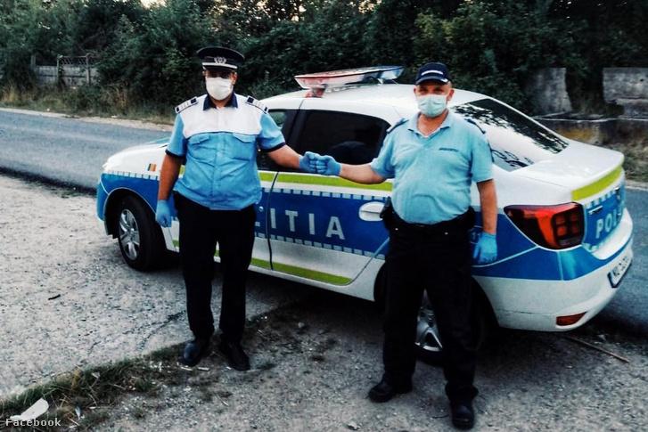Román rendőrök koronavírus elleni védőfelszerelésben