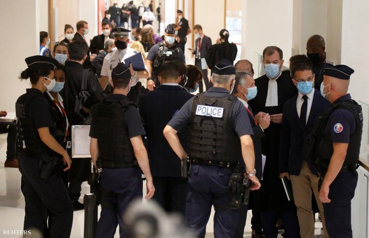 Ügyvédek és rendőrök beszélgetnek a Charlie Hebdonál történt vérengzés miatt letartóztatott iszlamista szélsőségesek tárgyálás Párizsban 2020. szeptember 2-án