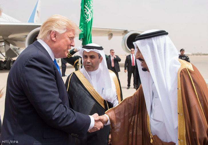 A Szaúdi Sajtóügynökség (SPA) által közreadott képen Szalmán bin Abdel-Azíz szaúd-arábiai király (j) üdvözli Donald Trump amerikai elnököt (b) a rijádi repülőtéren 2017. május 20-án