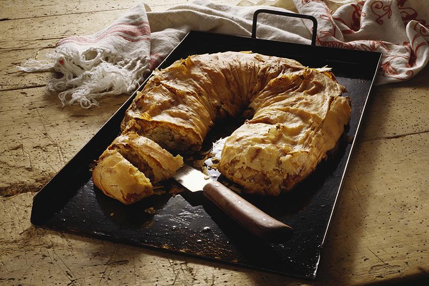 Nagyiféle káposztás rétes házi tésztából: a ropogós lapok közt fűszeres töltelék bújik meg