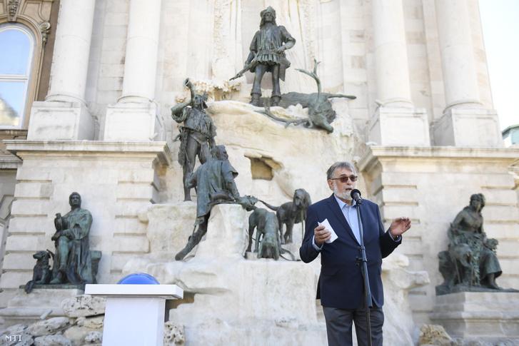 Stróbl Mátyás, a szoborcsoportot alkotó Strobl Alajos szobrászművész unokája beszédet mond a Nemzeti Hauszmann Program részeként felújított Mátyás kútja (Mátyás-kút) műemlék átadásán a budai Vár déli részén, a Hunyadi-udvarban 2020. szeptember 2-án.