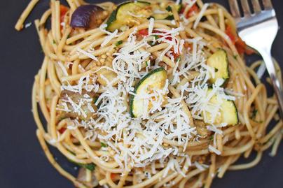 Isteni spagetti sütőben sült zöldségekkel - Zöldfűszeres vajjal van egybekeverve