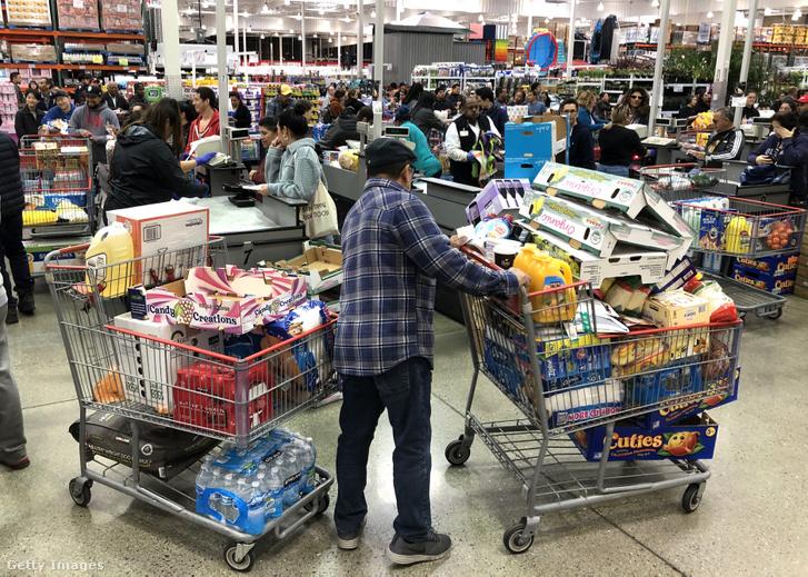 Bevásárlók az amerikai Costo élelmiszerboltban koronavírus-járvány idején 2020. március 13-án