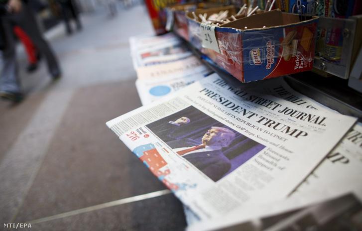 Az amerikai elnökválasztáson győztes Donald Trump republikánus párti jelölt fotója a The Wall Street Journal amerikai napilap címlapján egy New York-i újságárus standján 2016. november 9-én, az elnökválasztás másnapján.