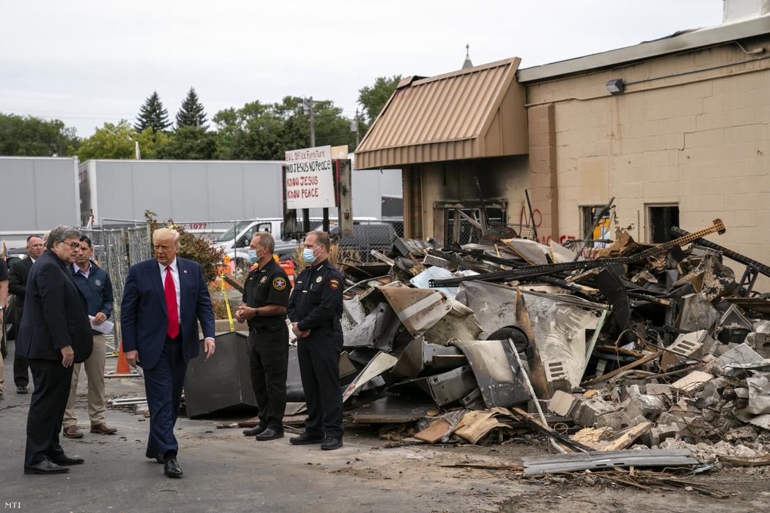 Donald Trump amerikai elnök meglátogat egy tüntetések során megrongált területet a Wisconsin állambeli Kenoshában 2020. szeptember 1-jén. A wisconsini városban augusztus 23-án rendőrök többször hátba lőtték Jacob Blake afroamerikai férfit, azóta minden este utcára vonulnak a rasszizmus és a rendőri erőszak ellen tiltakozók.