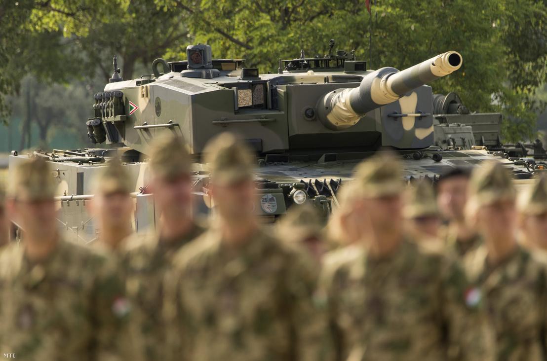 Az első négy Leopard 2A4HU típusú harckocsi egyike az ünnepélyes átadás keretében tartott bemutatón a tatai MH 25. Klapka György Lövészdandár laktanyájában 2020. július 24-én
