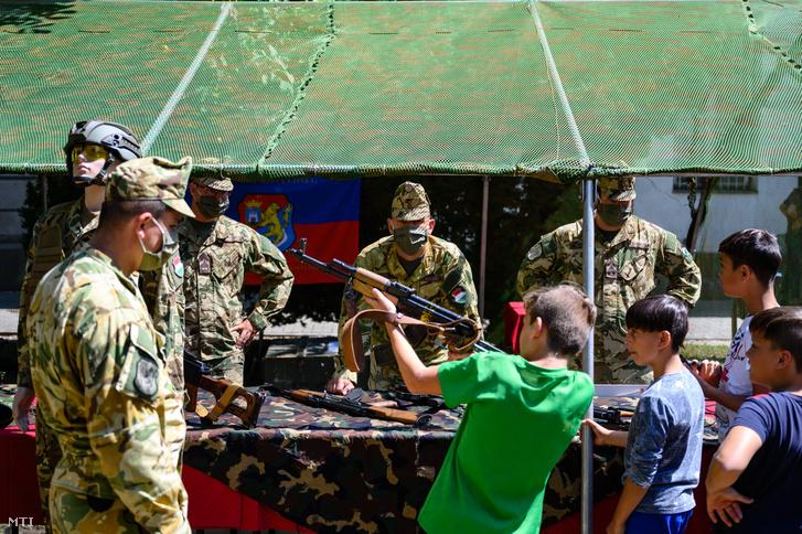 A Fejér Megyei Gyermekvédelmi Központ lakói a Magyar Honvédség katonai életpályát bemutató foglalkoztató programjain az intézmény udvarán, Székesfehérváron 2020. július 20-án