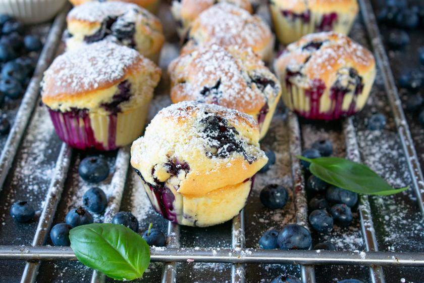 Pihe-puha áfonyás muffin roppanós fehércsoki-darabokkal: 30 perc, és kész