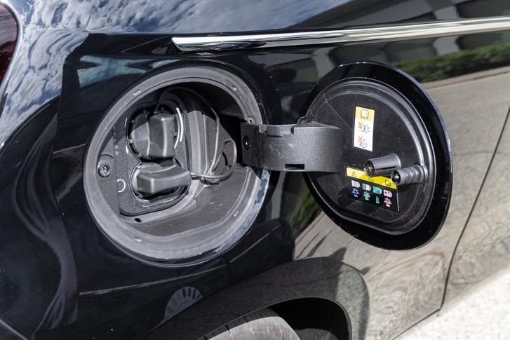 Ott a töltőcsatlakozó, ahol az ember a benzint betöltené - jobb hátul. Alapvetően mindegy, mert olyan rövid az autó, hogy szinte körbeéri a kábel