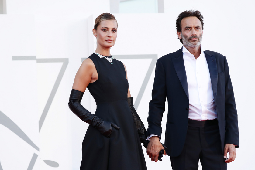 Anthony Delon és színésznő kedvese, Sveva Alviti nagyon jól mutattak együtt a vörös szőnyegen.