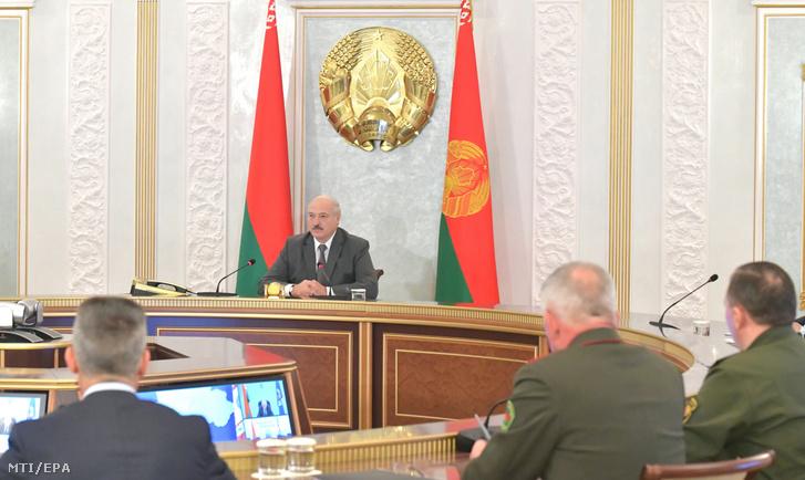 Aljakszandr Lukasenka fehérorosz elnök (k) országa biztonsági tanácsának ülésén elnököl Minszkben 2020. augusztus 19-én. Fehéroroszországban tizenegyedik napja tüntetnek mert a tiltakozók szerint Lukasenka csalással nyerte meg az augusztus 9-i elnökválasztást.