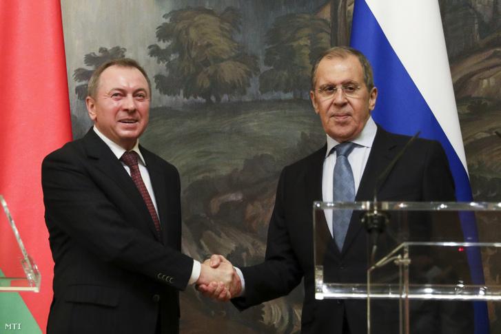 Az orosz külügyminisztérium sajtóirodája által közreadott képen Szergej Lavrov orosz külügyminiszter (j) kezet fog fehérorosz hivatali partnerével Uladzimir Makejjel közös sajtótájékoztatójuk után Moszkvában 2020. szeptember 2-án. Lavrov bejelentette hogy Moszkva elismeri az augusztus 9-én megtartott fehérorosz elnökválasztás eredményét és kifejezte reményét hogy párbeszéd útján sikerül majd stabilizálni a helyzetet az országban.
