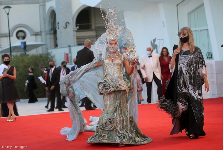 Azoknak, akik régóta köveik a filmfesztiválokat a Velveten, búcsúzóul szeretnénk kedveskedni valakivel, akit nem sikerült a képügynökségeknek nevesíteni, de tippre Cannes Őrült Asszonyáról van szó, akit Larisa Katznak hívnak.