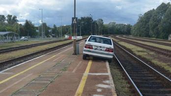 Részegen, forgalomból kivont autóval a pályaudvar vágányán parkolt le egy férfi