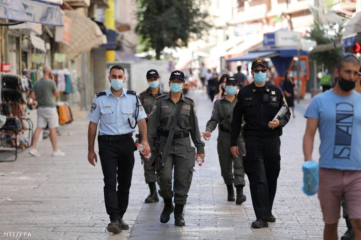 A koronavírussal fertőzött személyek növekvő száma miatt védőmaszkot viselnek a járőröziő rendőrök Jeruzsálemben