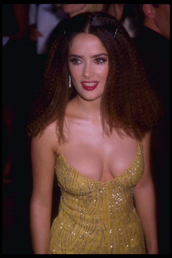 A férjezett színésznő sosem volt az a szégyenlős fajta, örömmel bújt és bújik merészen dekoltált ruhákba
