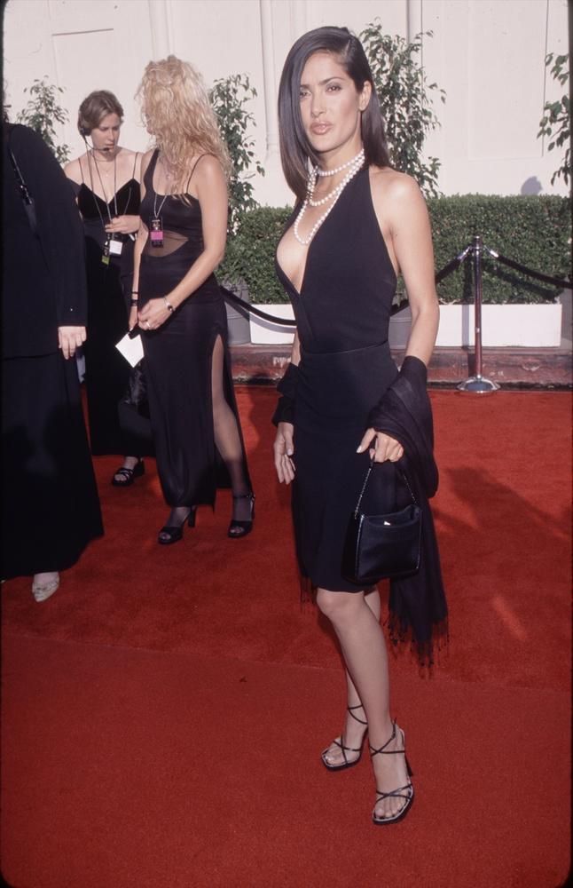 Tudjuk, hogy a kép kompozíciója nem a legjobb, de úgy gondoltuk, ez a dekoltázs nem maradhat ki a lapozgatónkból, amivel a színésznő 1997-ben örvendeztette meg a világot