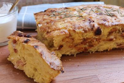 Puha, német krumplikenyér lisztmentesen – Bacontől lesz szaftos a tésztája