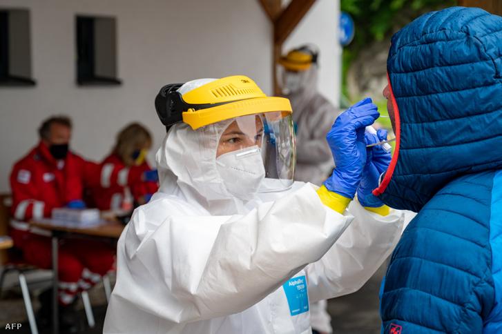 Egy személyt tesztelnek az új koronavírusra egy ausztriai Vöröskereszt irodában 2020 július 26-án