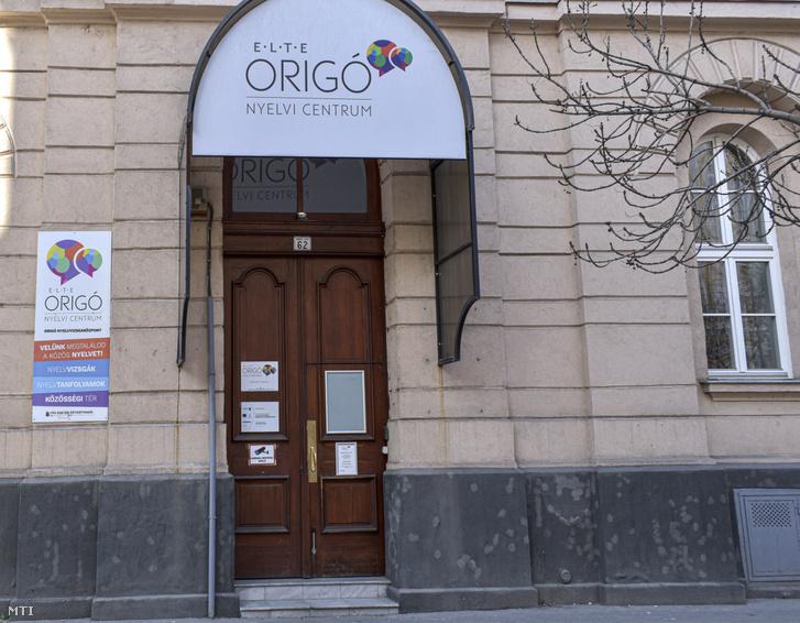 Az ELTE Origó Nyelvi Centrum bejárata a VIII. kerület Baross utca 62-ben.