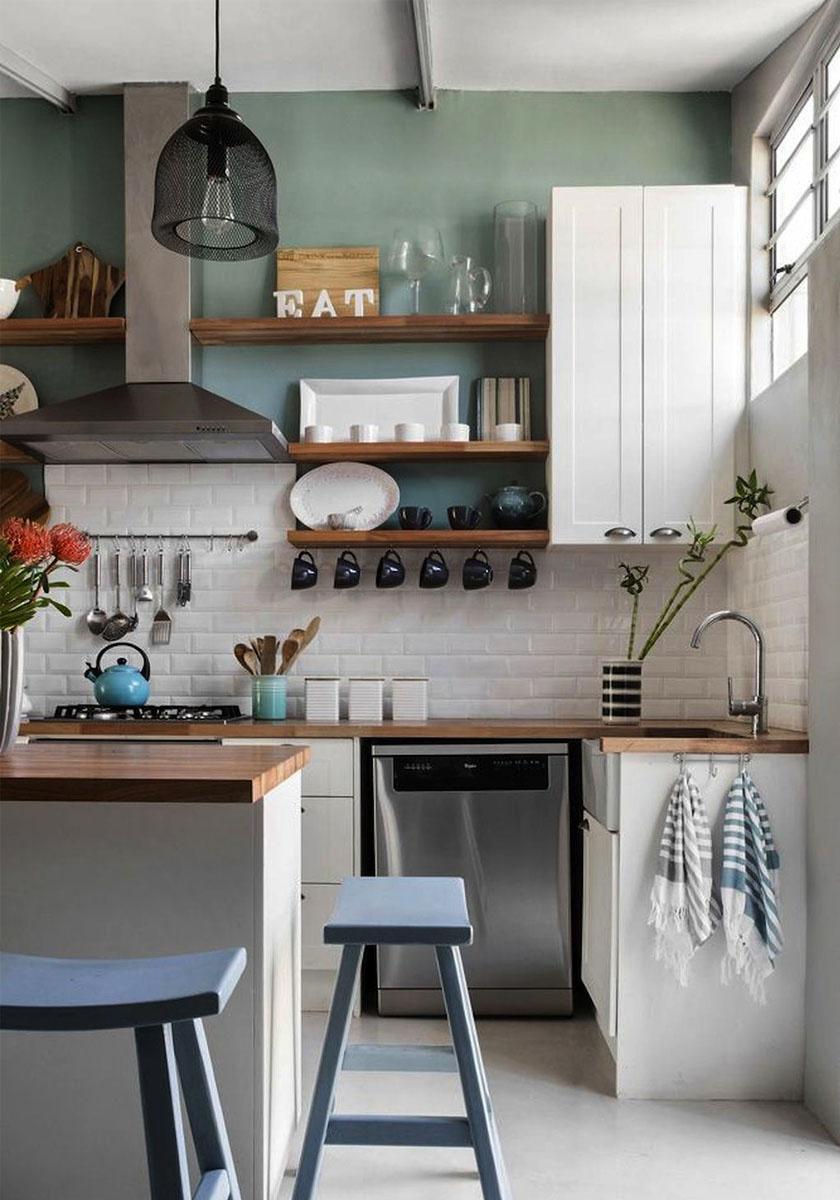 Az apró konyhákban a kulcs a rendszerezéshez szükséges tárolási lehetőségek megteremtése: ebben a paradicsomi helyiségben polcok, akasztók és szekrények sora kapott helyet.