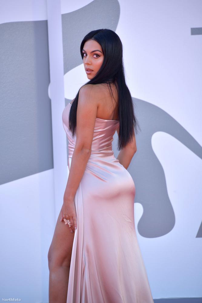 A fiatal modell Londonban tanult meg angolul, míg nem indult be a modellkarrierje, egy Gucci boltban is dolgozott