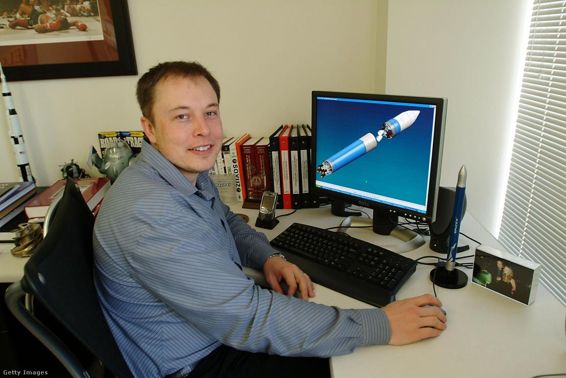 Elon Musk az asztalánál El Segundóban 2004-ben