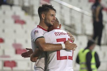 Szoboszlai Dominik (b) csapattársával Nemanja Nikolic-csal ünnepli gólját