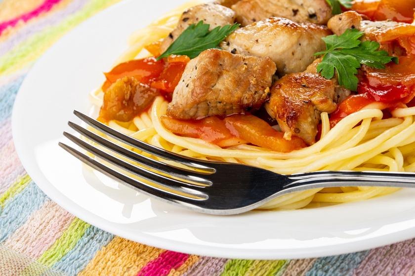 Csirkés lecsó tésztával tálalva: laktató, szaftos és kiadós