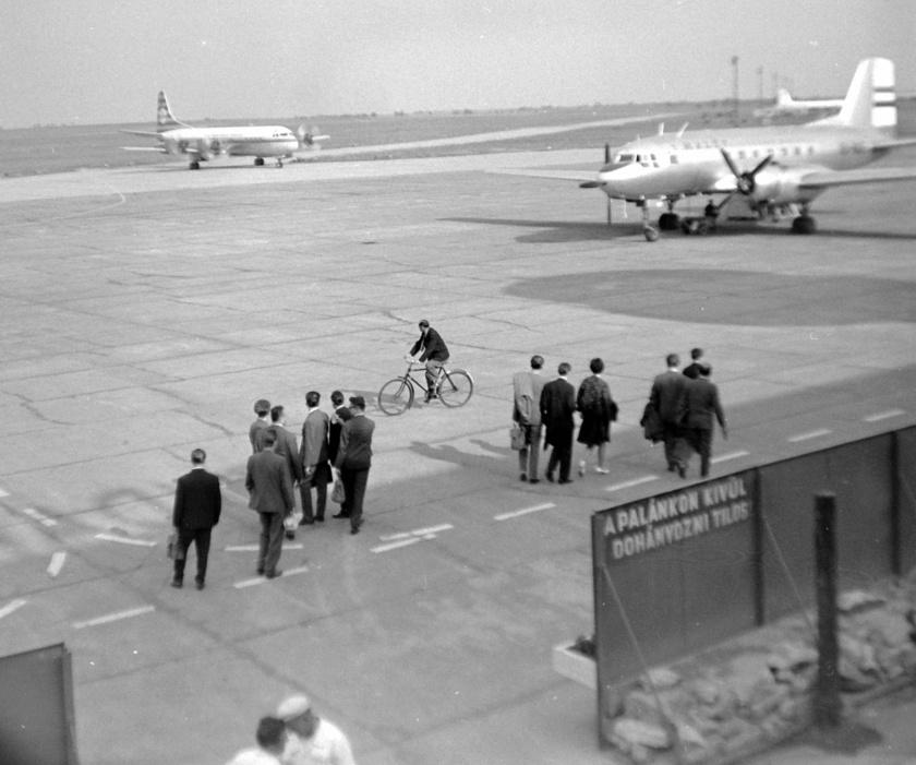 Az 1960-as években indult először gép Európán kívülre, miközben belföldi járataikat folyamatosan megszüntették. Jól látszik, hogy ez idő tájt még egyáltalán nem voltak érvényben olyan biztonsági intézkedések, mint manapság. A reptéren önfeledten bicikliző figura híven reprezentálja ezt az időszakot.