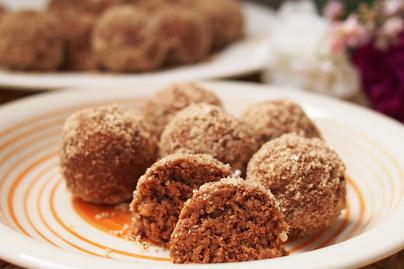 Sütés nélküli kókuszgolyó fahéjas mandulába forgatva - Étcsokoládé gazdagítja a tésztáját