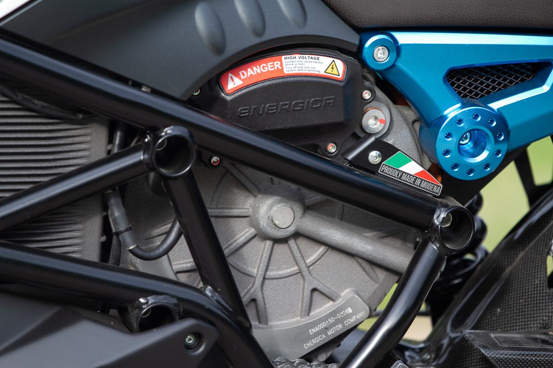 Az állandó mágneses váltakozó áramú villanymotor széles fordulatszámtartományban képes brutális nyomatékot szolgáltatni