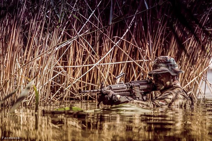 A Magyar Honvédség különleges erőihez tartozó katona vizes hadgyakorlaton