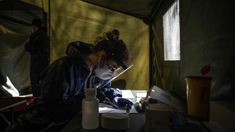 Rossz statisztikákat mutatnak a V4-ek, rekordmagas az új fertőzöttek száma Csehországban