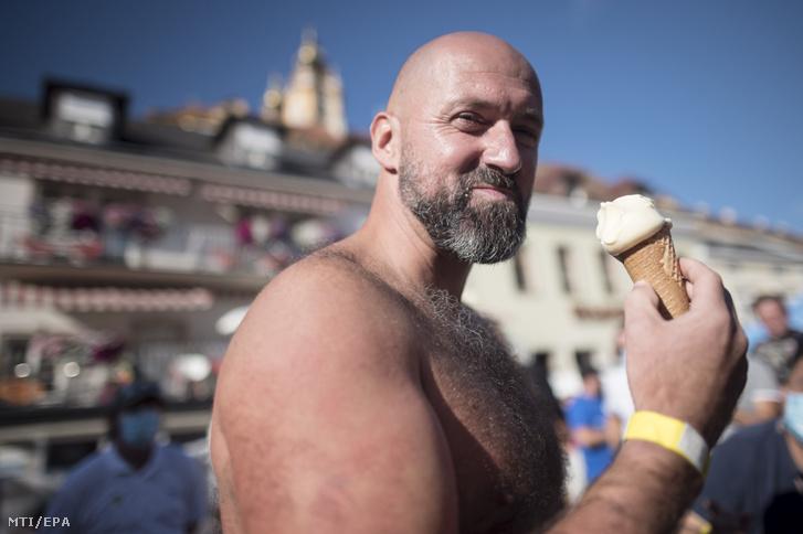 Josef Köberl osztrák sportember fagylaltozik jégbenállási világcsúcskísérlete után az ausztriai Melkben